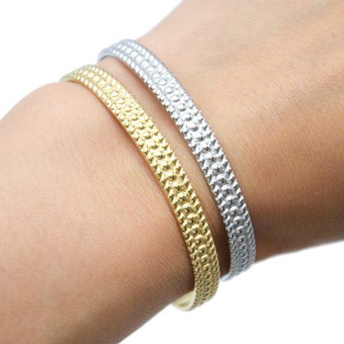 Bracelet-Jonc-Acier-avec-Motif-Points-Contour-Rayures-et-Chainette-Fermoir