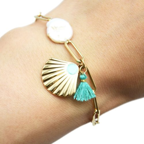Bracelet-Chaine-Maillons-Acier-Dore-avec-Coquillage-Perle-Ecru-et-Pompon-Vert