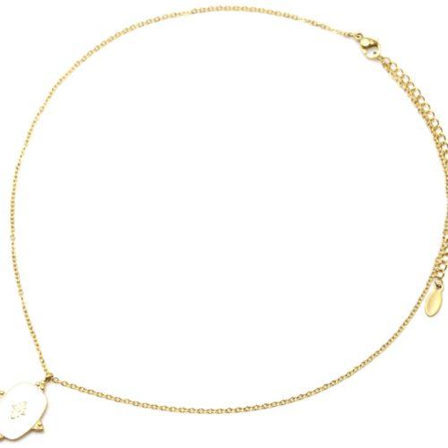 Collier-Fine-Chaine-avec-Medaille-Email-Blanc-Motif-Baroque-et-Acier-Dore