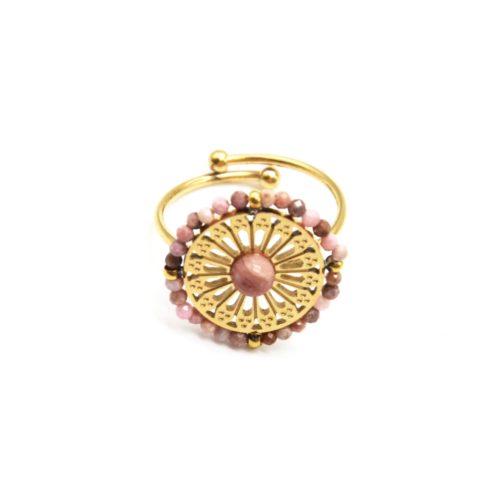 Bague-avec-Rosace-Ajouree-Acier-Dore-Pierre-et-Contour-Perles-Roses