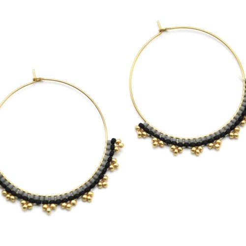 Boucles-dOreilles-Creoles-Acier-Dore-avec-Perles-Tissees-Gris-Noir