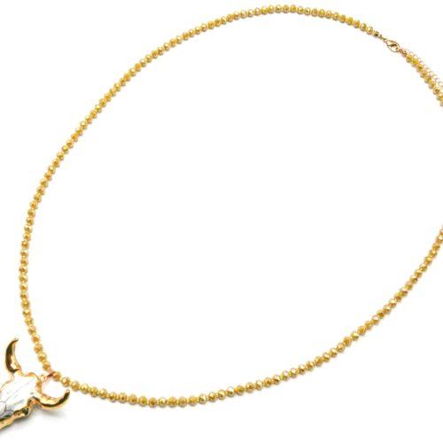 Sautoir-Collier-Perles-Brillantes-Taupe-Moutarde-avec-Pendentif-Tete-Buffle-Ecru-Dore