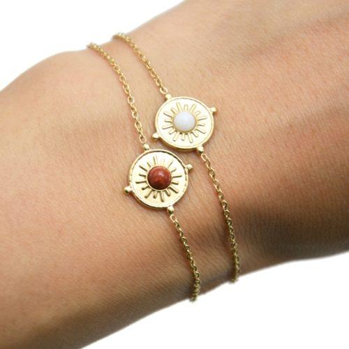 Bracelet-avec-Medaille-Ronde-Motif-Soleil-Acier-Dore-et-Pierre-Couleur