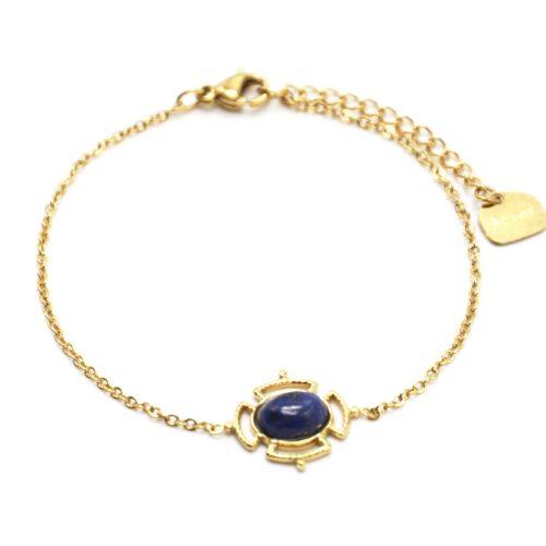 Bracelet-avec-Pierre-Ovale-Bleue-Effet-Naturel-et-Contour-Ajoure-Acier-Dore