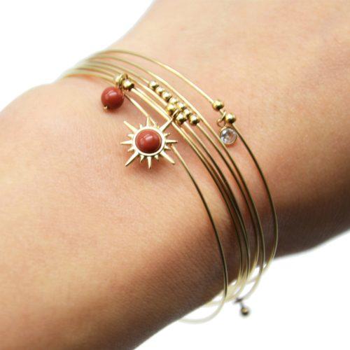 Bracelet-Semainier-Multi-Joncs-Acier-Dore-avec-Billes-Etoile-Polaire-et-Perles-Brique