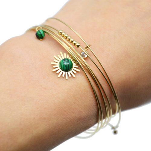 Bracelet-Semainier-Multi-Joncs-Acier-Dore-avec-Billes-Soleil-et-Perles-Vertes