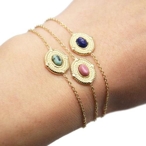 Bracelet-avec-Medaille-Ovale-Relief-Points-Acier-Dore-et-Pierre-Couleur