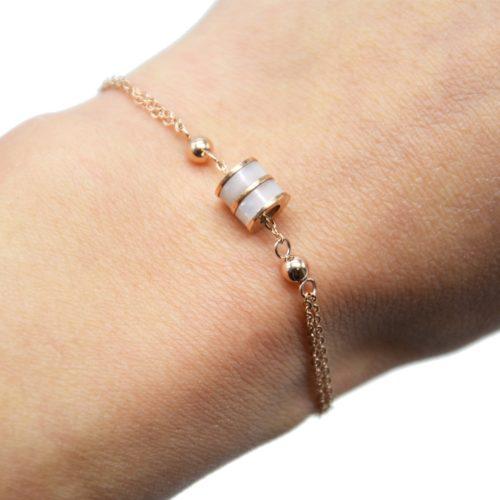 Bracelet-Double-Chaine-Acier-Or-Rose-avec-Charm-Anneau-Resine-Beige