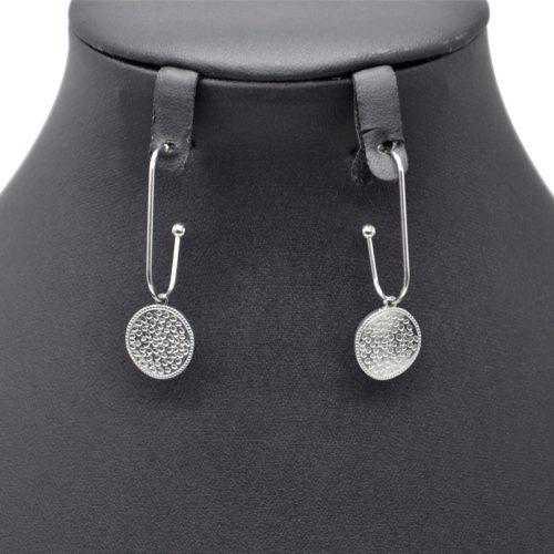 Boucles-dOreilles-Crochet-Pendant-avec-Medaille-Martelee-Acier-Argente