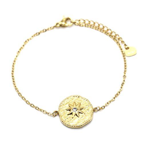 Bracelet-Fine-Chaine-avec-Medaille-Martelee-Soleil-Acier-Dore-et-Strass