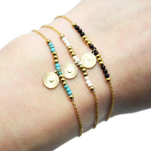 Bracelet-Fine-Chaine-avec-Medaille-Rayures-Acier-Dore-et-Perles