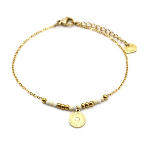 Bracelet-Fine-Chaine-avec-Medaille-Rayures-Acier-Dore-et-Perles-Ecru