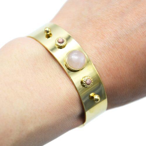Bracelet-Jonc-Large-Acier-Dore-avec-Pierres-Rose-Pale-et-Billes