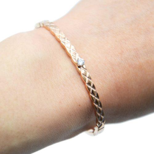 Bracelet-Jonc-Fin-Acier-Or-Rose-Motif-Quadrille-Losanges-avec-Pierre-Zirconium
