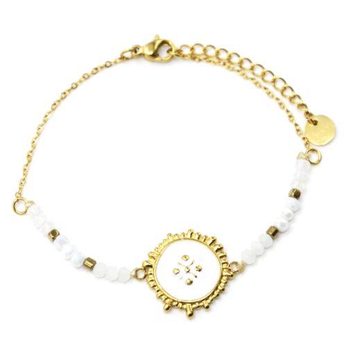 Bracelet-Chaine-Perles-Blanches-avec-Medaille-Email-Contour-Acier-Dore