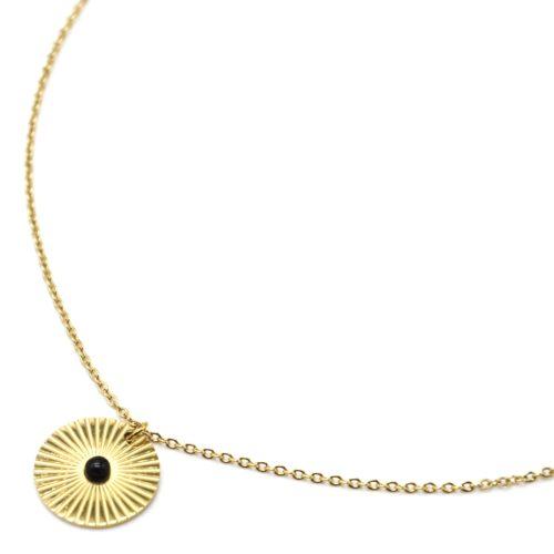 Collier-Pendentif-Medaille-Rayures-Acier-Dore-et-Pierre-Noire