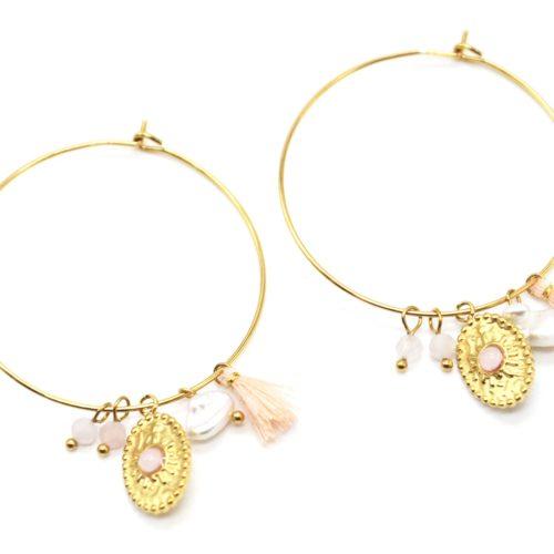Boucles-dOreilles-Creoles-Acier-Dore-avec-Medaille-Martelee-Perles-et-Pompon-Rose