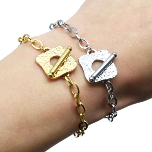 Bracelet-Chaine-Maillons-avec-Medaille-Martelee-Carree-et-Barre-Acier