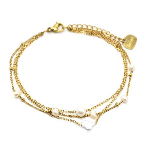 Bracelet-Triple-Chaines-Acier-Dore-Perles-dEau-Douce-et-Trefle-Nacre
