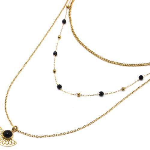 Collier-Triple-Chaines-Perles-Billes-avec-Demi-Rosace-Acier-Dore-et-Pierre-Noire