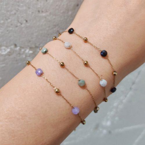 Bracelet-Fine-Chaine-Billes-Acier-Dore-et-Pierres-Couleur