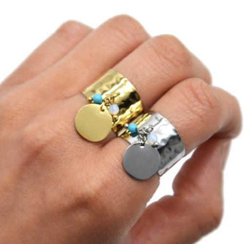 Bague-Large-Martelee-avec-Pampille-Medaille-Acier-et-Perles-Turquoise-Blanc