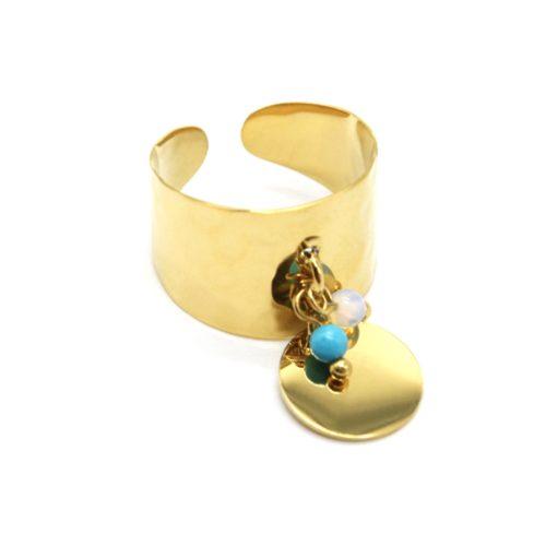 Bague-Large-Martelee-avec-Pampille-Medaille-Acier-Dore-et-Perles-Turquoise-Blanc