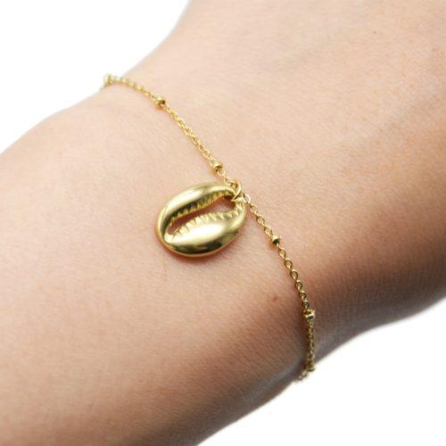 Bracelet-Chaine-Billes-avec-Charm-Coquillage-Cauri-Acier-Dore
