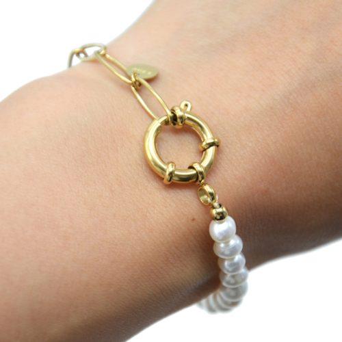 Bracelet-Chaine-Maillons-Mousqueton-Acier-Dore-et-Perles-dEau-Douce