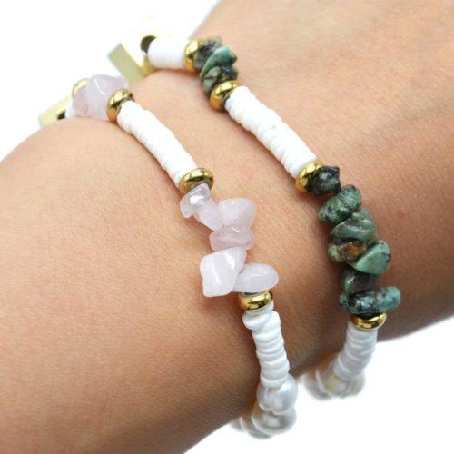 Bracelet-Perles-Blanches-et-dEau-Douce-Pierres-et-Carre-Acier-Dore
