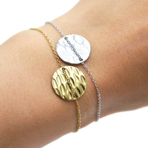 Bracelet-Fine-Chaine-avec-Medaille-Ronde-Martelee-Acier