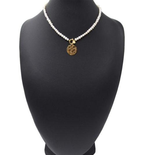 Collier-Perles-dEau-Douce-avec-Medaille-Martelee-et-Mousqueton-Acier-Dore